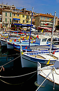 Tradisjonelle båter i havnen på Cassis, Provence, Frankrike