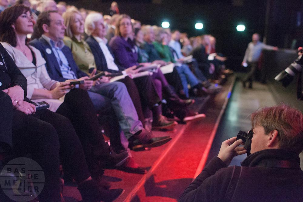 In Utrecht vindt het 30e partijcongres plaats van GroenLinks. Een van de heikele punten is de missie naar Kunduz. Ook wordt een nieuwe partijvoorzitter gekozen.<br /> <br /> The Dutch party GroenLinks (Green party) holds its 30th convention in Utrecht. One of the big issues is the mission to Kunduz. They will also elect the new chairman of the party.