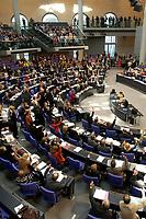 17 OCT 2003, BERLIN/GERMANY:<br /> Abgeordneten stimmen per Handheben ab, Plenum, Deutscher Bundestag<br /> IMAGE: 20031017-01-109<br /> KEYWORDS: Übersicht, Uebersicht, Plenum, Plenarsaal, Saal,Abstimmung