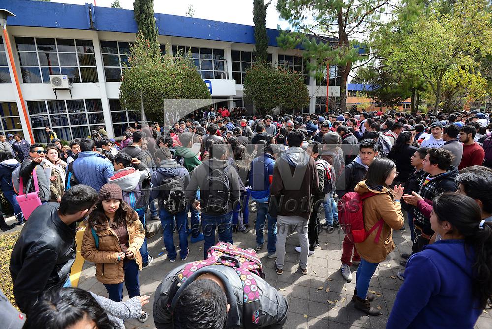 Metepec, Méx.- Estudiantes y autoridades del Tecnológico Regional de Toluca instalaron una mesa de dialogo ante la inquietud de los alumnos por un aumento en la colegiatura, el horario nocturno, materias y profesores. Agencia MVT / Crisanta Espinosa
