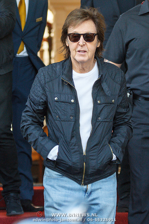 NLD/Amsterdam/20150608 - Paul McCartney verlat zijn hotel in Amsterdam  - Sir Paul McCartney leaves his hotel in Amsterdam during his tour
