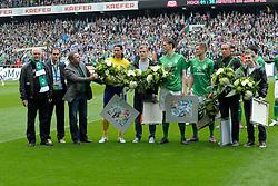 05.05.2012, Weserstadion, Bremen, GER, SV Werder Bremen vs Schalke 04, 34. Spieltag, im Bild Werder Bremen verabschiedet 6 Spieler zum Ende der Saison. Von links nach rechts, Klaus-Dieter Fischer, Praesident, Sponsor, Klaus ALLOFS, Manager von Werder Bremen, Tim WIESE, Torwart, Lennart Thy, Tim BOROWSKI, Markus ROSENBERG, Mikael SILVESTRE und Marko MARIN. // during the German Bundesliga Match, 34th Round between SV Werder Bremen and Schalke 04 at the Weserstadium, Bremen, Germany on 2012/05/05. EXPA Pictures © 2012, PhotoCredit: EXPA/ Eibner/ Stefan Schmidbauer..***** ATTENTION - OUT OF GER *****