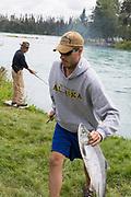 Laxfiske i Kenai Floden, Kenai Peninsula, Alaska, USA