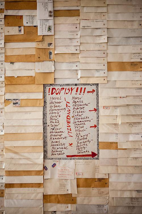 Exponate im Ausstellungsbereich des Kampa Museums. Installation des Künstlers Karel Trinkewitz mit Briefen vom Bürgerforum.