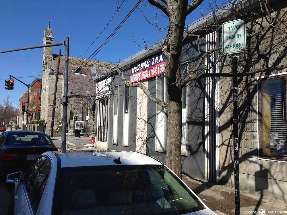 Lawrence, Massachusetts, 04/05/2016<br /> Se&ntilde;al de transito en Lawrence. El letrero dice &quot;Parqueo por dos hora&quot;. Una flecha -en verde- apunta en direcci&oacute;n al espacio reservado.<br /> <br /> En el mismo bloque, a solo 50 pies, una se&ntilde;al similar apuntando en la misma direcci&oacute;n, es 'vandalizada'  con un stiker, colocando encima una &quot;P&quot; - s&iacute;mbolo de parqueo pagado&quot; contradiciendo el primer letrero.<br /> <br /> Este no es un caso aislado. La incoherencia y la ambig&uuml;edad en las se&ntilde;ales de transito y de parking -parqueo- en Lawrence, origina enorme frustraci&oacute;n y frecuente violencia verbal entre conductores y oficiales de parking.