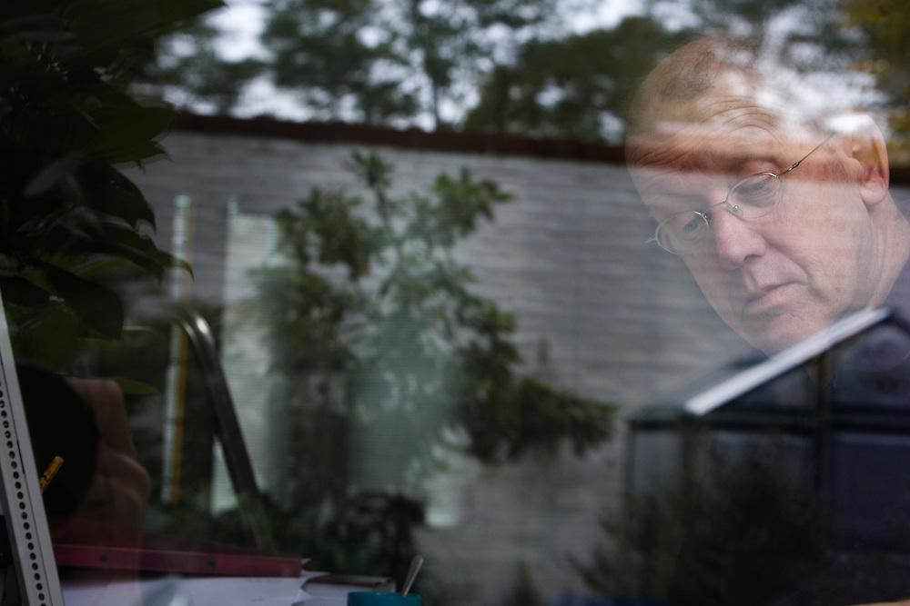 Nederland. Den Haag, 9 oktober 2007.<br /> Kees 't Hart (12 juli 1944, Den Haag) is een Nederlands schrijver en dichter.<br /> Foto Martijn Beekman <br /> NIET VOOR TROUW, AD, TELEGRAAF, NRC EN HET PAROOL