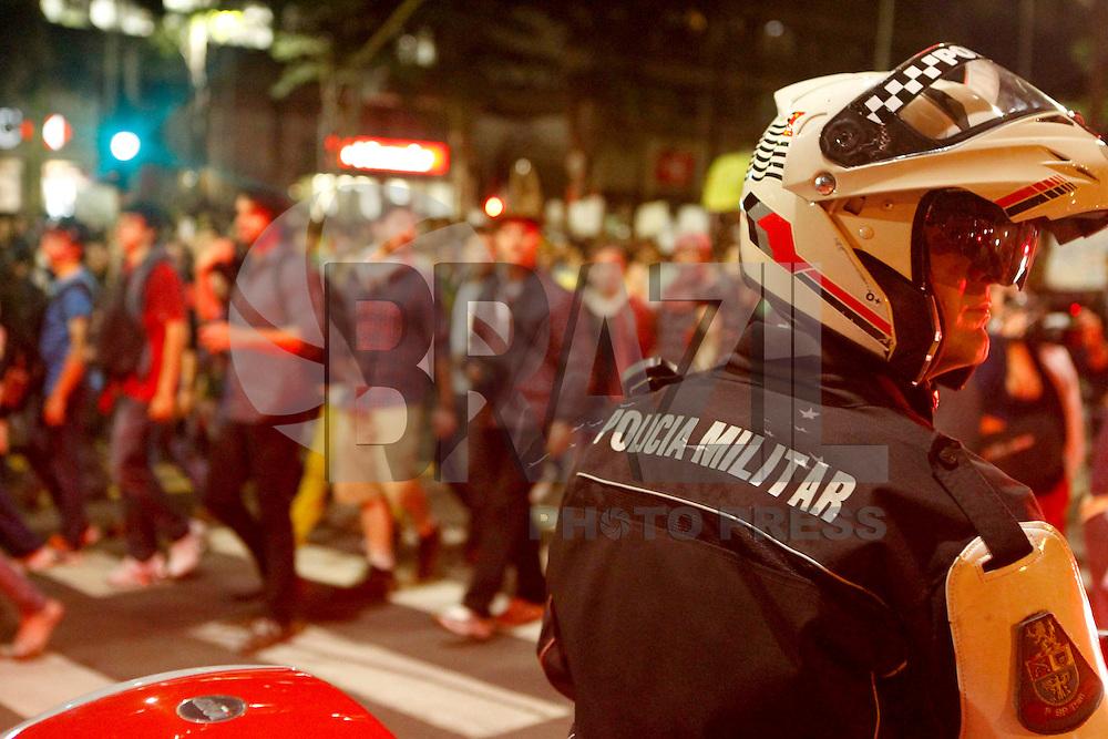 SAO PAULO, SP 17 JUNHO 2013 - MANIFESTACAO CONTRA AUMENTO TARIFA - Manifestação Contra o aumento da tarifa do ônibus causa protestos pelo quinto dia. Hoje os manifestantes se encontraram em frente ao metro Faria Lima, no Largo da Batata, onde seguiram sentido   a Ponte Estaiada. FOTO: PAULO FISCHER/BRAZIL PHOTO PRESS.