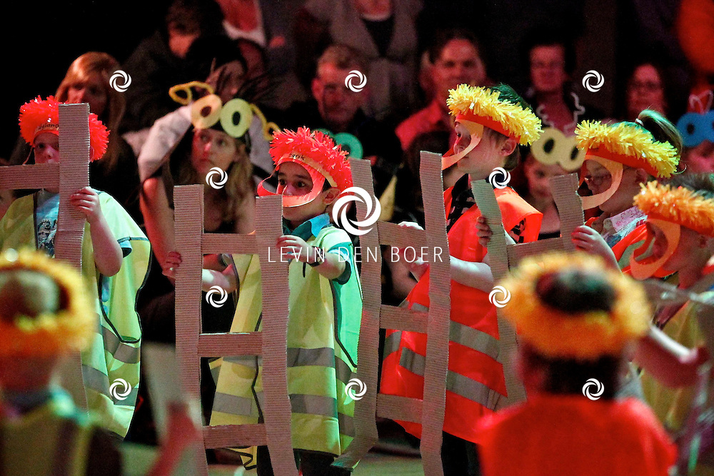 KERKDRIEL - In sporthal De Kreek hield basisschool De Meidoorn een groot feest ter gelegenheid van hun jubileum. Diversen acts werden opgevoerd door de leerlingen van de basisschool De Meidoorn. FOTO LEVIN DEN BOER - PERSFOTO.NU