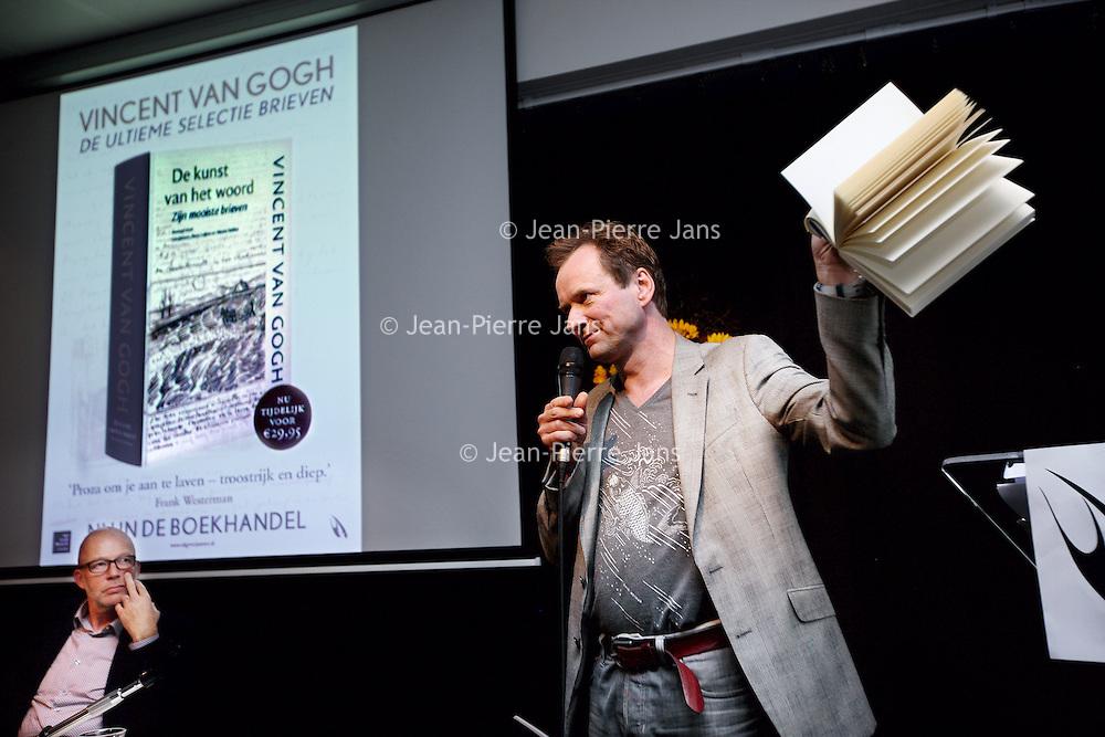Nederland, Amsterdam , 3 oktober 2014.<br /> Eerste exemplaar brievenboek Vincent Van Gogh tijdens de persconferentie in het van Gogh museum<br /> Op de foto: schrijver Frank Westerman met het boek De kunst van het woord in de hand .<br /> Het boek is een verzameling van brieven , correspondentie van kunstschilder Vincent van Gogh. <br /> Links in beeld 1 van de samenstellers van het boek Leo Jansen.<br /> Foto:Jean-Pierre Jans