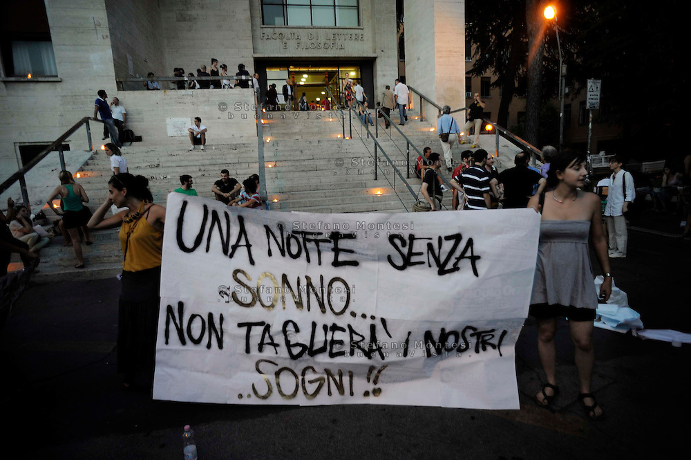 Roma 13 Luglio 2010  .Esami nelle ore notturne alla Facolta di Lettere all'Università La Sapienza, per protestare contro il disegno di legge Gelmini e la manovra finanziaria del Governo Berlusconi..Rome July 13 th 2010  .Examinations in the nighttime hours to the Faculty of Letters to the  La Sapienza University, to protest against the sketch of law Gelmini and the financial manoeuvre of the Government Berlusconi