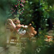 Yvonne Baggen, vrouw Ron Brandsteder, zonnebadend in haar tuin in Breukelen