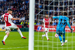 14-08-2018 NED: Champions League AFC Ajax - Standard de Liege, Amsterdam<br /> Third Qualifying Round,  3-0 victory Ajax during the UEFA Champions League match between Ajax v Standard Luik at the Johan Cruijff Arena / Klaas Jan Huntelaar #9 of Ajax, Guillermo Ochoa #13 of Standard Liege, David Neres #7 of Ajax