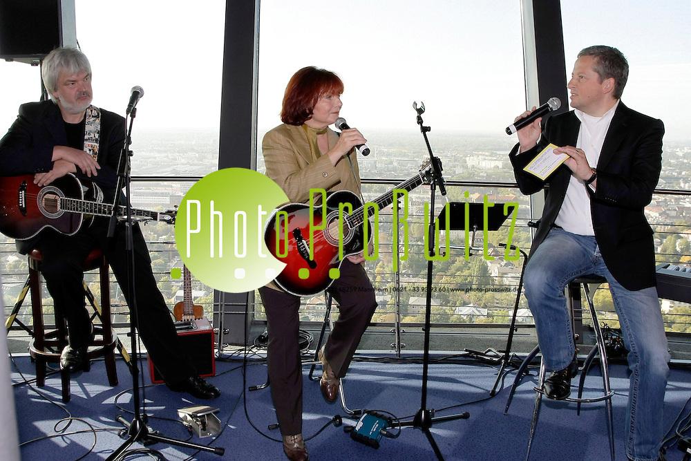 Mannheim. Fernmeldeturm. S&permil;ngerin Joana (Joana, b&cedil;rgerlich: Johanna Emetz, (* 11. Oktober 1944 in Neustadt im Schwarzwald, heute Titisee-Neustadt), ist eine deutsche S&permil;ngerin, Liedermacherin und Moderatorin) <br /> CD Vorstellung. &quot;ich staune blofl&quot;<br /> Und auch mit dieser Produktion &Ntilde;Ich staune blofl&igrave; landet sie textlich und<br /> musikalisch wieder einen Coup der Liedermacherei - zweisprachig: Geschliffenes<br /> Hochdeutsch und deutlichster Kurpf&permil;lzer Dialekt stehen absolut gleichberechtigt<br /> nebeneinander und erg&permil;nzen sich hervorragend.<br /> Die Bandbreite der Themen reicht weit: Vom Antikriegslied &Ntilde;Es geht alles<br /> vor&cedil;ber&igrave; &cedil;ber das Drama vom vergessenen &Ntilde;Handy&igrave; bis hin zum &Ntilde;Ohrwurm&igrave;<br /> und in die Abgr&cedil;nde unserer Gesellschaft hineinreichend mit dem Lied &Ntilde;Kein<br /> Traumparadies&igrave;. G&permil;nsehaut ist bei JOANAs wohltuender Altstimme ohnehin<br /> garantiert. Die Texte sind intelligent, anr&cedil;hrend, aufw&cedil;hlend und klasse komisch.<br /> JOANA ist sich treu geblieben.<br /> &Ntilde;Ich staune blofl&igrave; heiflt die CD und der Titelsong, in dem die Lied-Poetin u. a.<br /> die Beschwerlichkeiten und Ver&permil;nderungen beim &fnof;lterwerden ironisch betrachtet:<br /> &Ntilde;Kaum geh ich aus dem Haus &ntilde; wieso sehn alle um mich rum so viel &permil;lter aus?&igrave;<br /> Wenn man sie so sieht und h&circ;rt k&circ;nnte man fast meinen, eigentlich hat sie<br /> Recht. JOANA ist einfach erfrischend jung geblieben.<br /> <br /> Bild: Markus Proflwitz / masterpress /  <br /> <br />  *** Local Caption *** masterpress Mannheim - Pressefotoagentur<br /> Markus Proflwitz<br /> C8, 12-13<br /> 68159 MANNHEIM<br /> +49 621 33 93 93 60<br /> info@masterpress.org<br /> Dresdner Bank<br /> BLZ 67080050 / KTO 0650687000<br /> DE221362249
