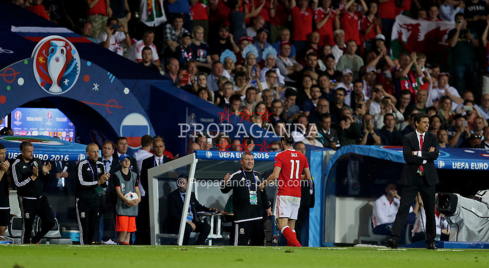 TOULOUSE, FRANCE - Monday, June 20, 2016: Wales' Gareth Bale shakes hands with assistant manager Osian Roberts as he is substituted during the 3-0 victory over Russia during the final Group B UEFA Euro 2016 Championship match at Stadium de Toulouse. (Pic by David Rawcliffe/Propaganda)