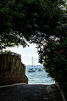 Barcos vistos da rua na Praia de Jurerê. Florianópolis, Santa Catarina, Brasil. / Boats seen from the street at Jurere Beach. Florianopolis, Santa Catarina, Brazil.