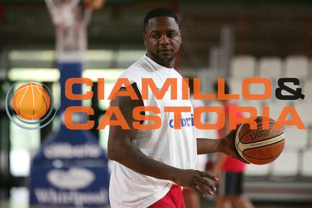 DESCRIZIONE : Varese Lega A 2009-10 Basket Cimberio Varese Raduno e primi allenamenti<br /> GIOCATORE : Ronald Slay<br /> SQUADRA : Cimberio Varese<br /> EVENTO : Campionato Lega A 2009-2010 <br /> GARA : <br /> DATA : 26/08/2009<br /> CATEGORIA : Palleggio Ritratto<br /> SPORT : Pallacanestro <br /> AUTORE : Agenzia Ciamillo-Castoria/G.Cottini