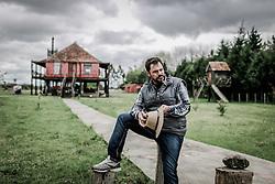 O fotógrafo e escritor, autor do livro Náufrago de um Mar Doce, Nauro Júnior em sua casa, em Pelotas FOTO: Jefferson Bernardes/ Agência Preview