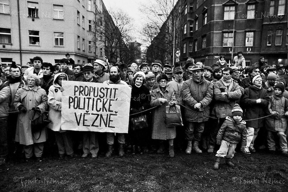 Posledni z etap realneho socialismu.Druha polovina osmdestaych let 20teho stoleti v Ceskoslovensku.