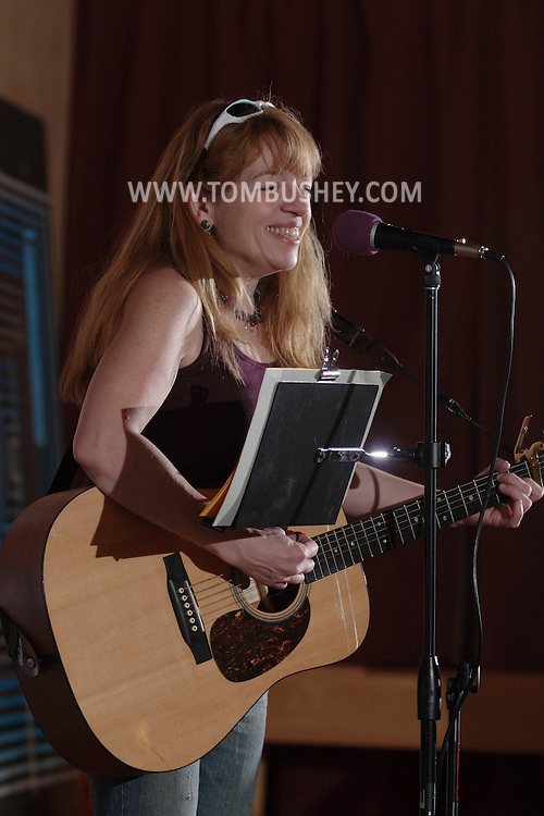 Middletown, NY - Singer and songwriter Elizabeth Bushey performs at the Interactive Museum on Sept. 23, 2007.