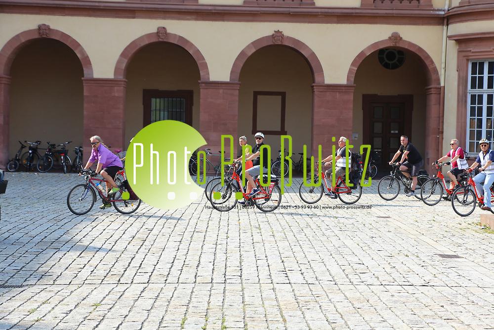 Mannheim. 26.08.17 | Sommerliche Fahrradreise.<br /> Schloss. Ehrenhof. Sommerliche Fahrradreise der Finanzstaatssekret&auml;rin Gisela Splett zu den Schl&ouml;ssern der Kurpfalz<br /> <br /> <br /> BILD- ID 0504 |<br /> Bild: Markus Prosswitz 26AUG17 / masterpress (Bild ist honorarpflichtig - No Model Release!)