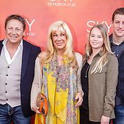 NLD/Amsterdam/20160403 - Premiere musical Sky, Armando Borsato met partner en kinderen en Mary Borsato