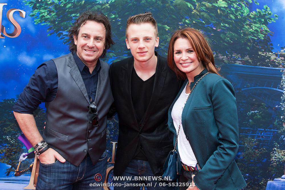 NLD/Amsterdam/20140413 - Inloop Filmpremiere Het Magische Huis, Marco Borsato met partner Leontien en zoon Luca