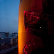 BIOMUSEO - Designed by Frank Gehry - Puente de vida.<br /> Amador, Panama 28-01-2013<br /> Photography by Aaron Sosa<br /> <br /> El edificio Puente de Vida está localizado en el área de Amador de la Ciudad de Panamá, en la punta de un causeway en la entrada Pacífica del Canal de Panamá. Ésta localización privilegiada está a pocas cuadras del principal puerto de cruceros en Panamá, y está a minutos del Parque Nacional Soberanía, un suntuoso bosque lluvioso inmediatamente adyacente a la Ciudad de Panamá.<br /> <br /> Ésta área es rica en historia; estaba originalmente compuesta por una serie de islas que fueron unidas por un causeway, creado por rocas dragadas durante la construcción del Canal de Panamá. El Instituto de Investigaciones Tropicales del Smithsonian (STRI) tiene un centro de investigaciones marinas en una de las islas, y hay una hermosa marina, además de tiendas y restaurantes. Un nuevo centro de convenciones, terminado de construir en el 2002, fue la sede del concurso Miss Universo 2003.<br /> <br /> Amador ofrece a los visitantes a Panamá una oportunidad única de experimentar lo mejor que el país tiene para ofrecer. Con la creación del museo Puente de Vida, también va a ofrecer un vistazo de la rica vida natural que hay en Panamá.