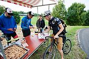 Een koerier haalt een opdracht bij een checkpoint. In Nieuwegein wordt het NK Fietskoerieren gehouden. Fietskoeriers uit Nederland strijden om de titel door op een parcours het snelst zoveel mogelijk stempels te halen en lading weg te brengen. Daarbij moeten ze een slimme route kiezen.<br /> <br /> A messenger gets his assignment at a checkpoint. In Nieuwegein bike messengers battle for the Open Dutch Bicycle Messenger Championship.