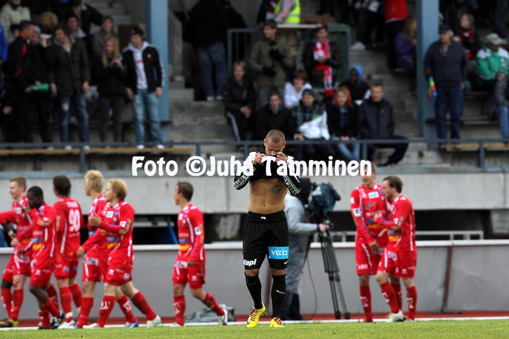 23.5.2011, Keskuskentt?, Pietarsaari..Veikkausliiga 2011, FF Jaro - Vaasan Palloseura..Edgar Bernhardt (VPS) tappion j?lkeen...