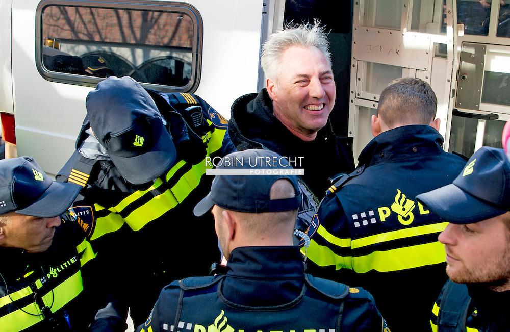 AMSTERDAM - De politie in Amsterdam heeft de voorman Edwin Wagensveld van de anti-islambeweging Pegida aangehouden toen hij tijdens een toespraak een hakenkruis liet zien. De gemeente Amsterdam had van tevoren gezegd dat nazisymbolen verboden zijn. Wagensveld werd een week geleden ook al  aangehouden omdat hij een varkensmuts op had. Op Twitter zei Pegida zaterdag al met enkele verrassingen te zullen komen voor de burgemeester. Er zou onder meer een actie op stapel staan met een hakenkruis en een prullenbak. Ook zou de beweging met varkensmutsen op willen protesteren. De mutsen zijn te koop voor 7,50 euro. COPYRIGHT ROBIN UTRECHT