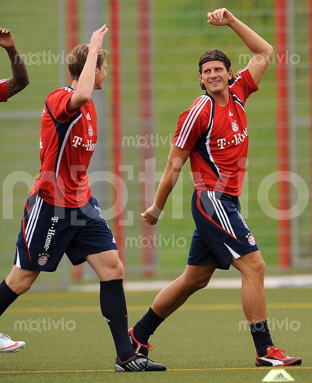 FUSSBALL     1. BUNDESLIGA     SAISON 2009/2010     04.07.2009 Training beim FC Bayern Muenchen  Mario Gomez mit Tim Borowski ,  FCB