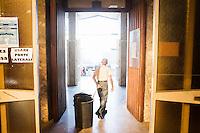 PALERMO, 29 LUGLIO 2015: Il signor Giorgio, un volontario della Parrocchia di Santa Lucia Borgovecchio, trascina un secchio dell'immondizia fuori dalla parrocchia, a Palermo il 29 luglio 2015.