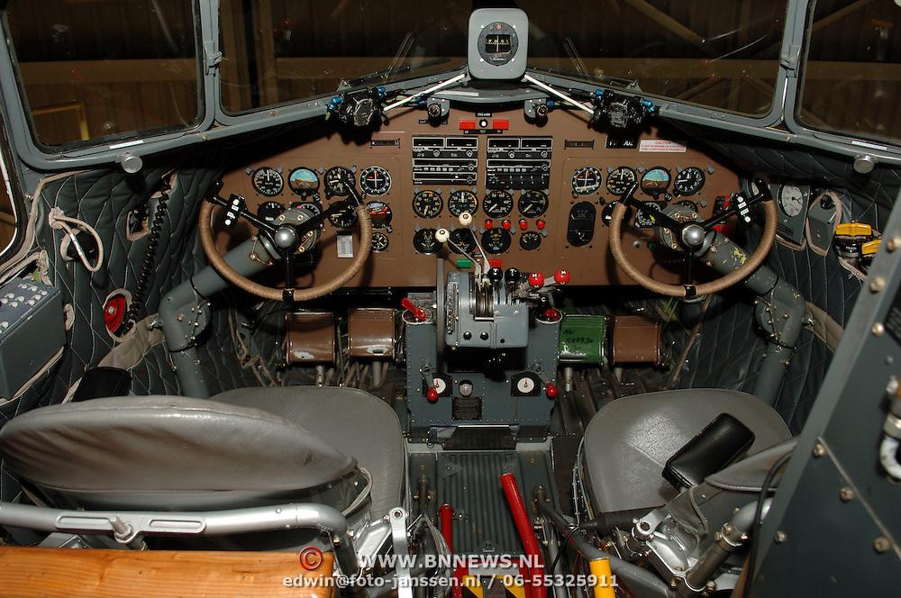 NLD/Amsterdam/20051208 - Cockpit van een oude Dakota DC 3 uit 1943 eigendom van de Dutch Dacota Association, DDA, vroeger van Prins Bernhard geweest