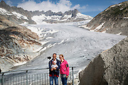 Lutz Lippsmeier and Sarah Clute-Simon do a selfie with their son Andrin Benno Lippsmeier (6 months). 30 years ago, when Lutz was here the first time, the glacier reached all the way to where they are standing in the picture. - It is very sad to see it disappear, Lutz says, and adds that it was very important to them to show it to Adrin now. - Who knows if ther will be a glacier left when he grows up?