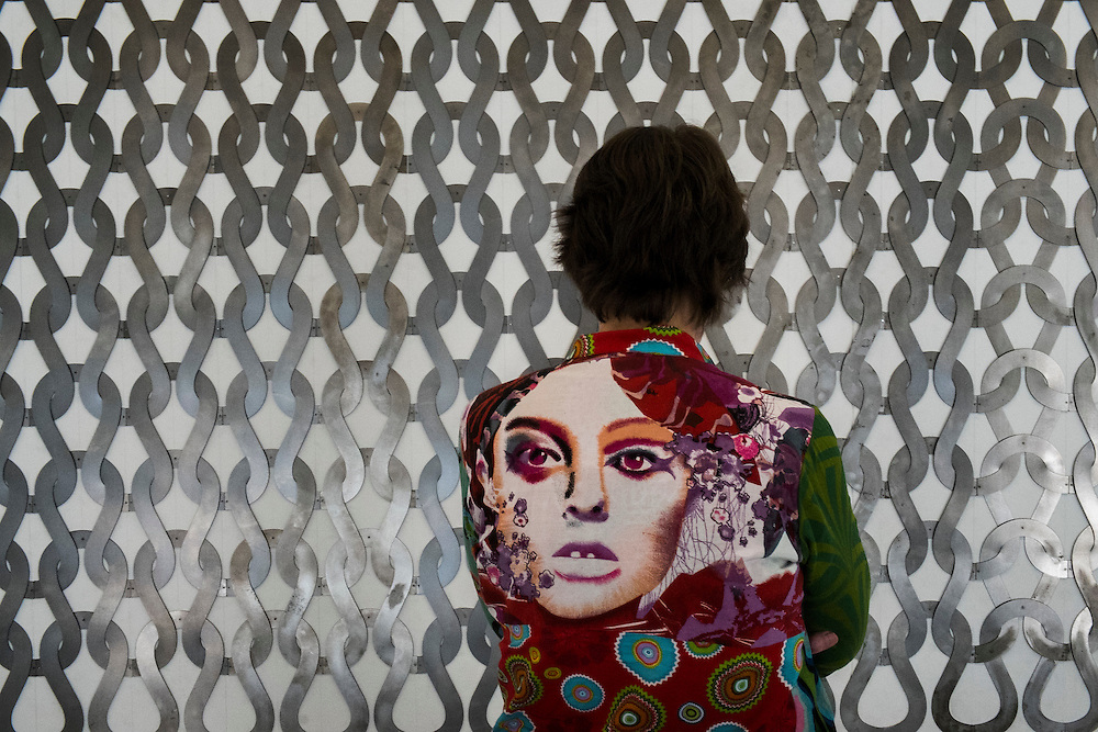 Nederland, Rotterdam, 9 maart 2014<br /> Vrouw kijkt naar een kunstobject in een museum<br /> Foto(c): Michiel Wijnbergh
