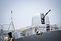 Il cannone sulla prua di una nave da guerra ancorata al porto di Brindisi. 29/05/2010 PH Gabriele Spedicato