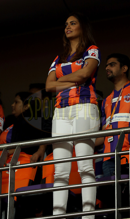 Actor Easha Gupta during match 14 of the Hero Indian Super League between FC Pune City<br /> and FC Goa held at the Shree Shiv Chhatrapati Sports Complex Stadium, Pune, India on the 26th October 2014.<br /> <br /> Photo by:  Sandeep Shetty/ ISL/ SPORTZPICS