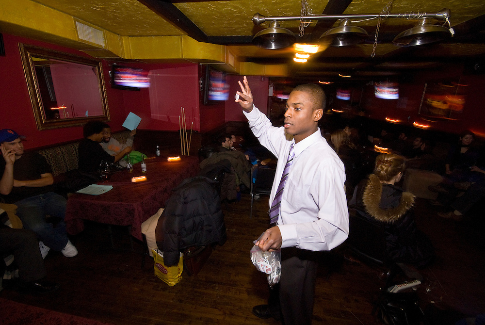 New York  Manhattan Barack Obama beim Kandidatengespraech im Fernsehen in einer Sportsbar in Manhattan .Lamont Carolina, 24, verteilt Obama Anstecker.Clinton / Obama Kandidatenwahl der Demokraten in den USA.New York Primary 2008.Fotos © Stefan Falke