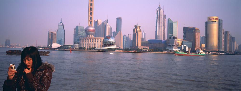 Chine. Shanghai. Le Bund avec en fond le quartier d'affaire de Pudong. // China. Shanghai. Bund and Pudong busness center.