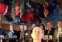 Nederland. Hilversum, 24 februari 2002. <br />Presentatie kandidaten landelije verkiezingen Leefbaar Nederland. Vice-voorzitter Broos Schnetz op de voorgrond. Daarachter enkele kandidaten waaronder David Pinto en Fred Teeven.<br />Boerenleider Wien van den    <br />Brink heeft zich teruggetrokken als    <br />kandidaat voor Leefbaar Nederland.Van  <br />den Brink vond dat de partij hem op een<br />te lage plaats heeft gezet,hoewel niet <br /> bekend is welke.Op 10 maart wijst het  <br />partijcongres de nieuwe lijsttrekker   <br />aan.                                   <br />                                                                                        <br />Bij de eerste 20 kandidaten prijken de <br />namen van oud-minister Westerterp,     <br /> officier van justitie Teeven en Rabella<br />de Faria,de Zwarte Zakenvrouw van 2001.<br />Vanochtend werd bekend LN rood staat.De<br />rechter beslist of LN campagnegeld moet<br /> terugbetalen aan zakenman Harry Mens,na<br />het vertrek van lijsttrekker Fortuyn.<br />Foto Martijn Beekman