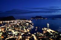 &Aring;lesund 20050514. Oversiktsbilde over &Aring;lesund og brosundet fotografert fra Fjellstua p&aring; Akslafjellet i vakkert m&aring;neskinn. Bakerst t.h. i bildet ser man God&oslash;y og t.v. ser man Hessa, Skarb&oslash;vik og Sukkertoppen.<br /> <br /> Night view of &Aring;lesund in moonlight. This picture is taken at Fjellstua on the mountain Aksla.<br /> <br /> Foto: Svein Ove Ekornesv&aring;g