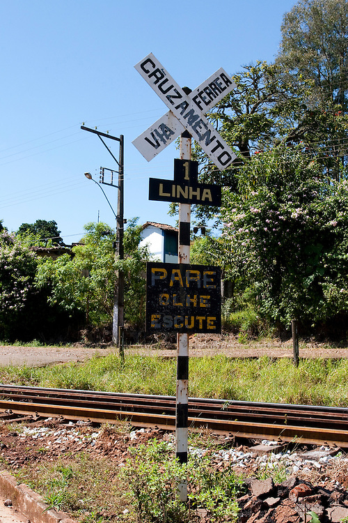 Mariana_MG, Brasil...Linha de trem em Mariana. Na foto detalhe da placa de cruzamento do asfalto com a linha do trem...Train track in Mariana. In this photo a sign detail of crossing between asphalt and railroad. ..FOTO: LEO DRUMOND / NITRO