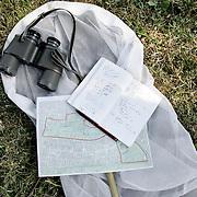 Nederland Rotterdam 25 juli 2007 20070725 .Uitrusting om vlinders mee te spotten, te vangen en gegevens te noteren..Vlinders vroeg uit winterslaap .Het zonnige en warme weer heeft niet alleen de mensen naar buiten gelokt, maar ook de vlinders. De afgelopen dagen zijn er meer dan 175 vlinders doorgegeven aan De Vlinderstichting. Het gaat hierbij voornamelijk om de vlinderoverwinteraars. Deze soorten zitten gedurende de winter weggestopt tussen planten of in schuren en huizen, maar komen tevoorschijn zodra de temperatuur hoog genoeg is en de zon schijnt. Citroenvlinder en dagpauwoog zijn het meest gezien, gevolgd door kleine vos en gehakkelde aurelia.??De atalanta is eigenlijk een trekvlinder, die de winter doorbrengt in zuidelijker streken, maar de laatste jaren zien we, misschien door de opwarming van het klimaat, steeds vaker ook deze vlinder overwinteren. De koude periode in december heeft deze soort blijkbaar goed overleefd, want er zijn er dit weekend meer dan twintig gemeld. Naast deze overwinterende soorten zijn er ook al meldingen van klein koolwitje en groot koolwitje. Deze hebben als pop overwinterd, maar kennelijk heeft het warme weer er voor gezorgd dat ze zich al konden ontpoppen. Normaal komen deze vlinders half maart pas tevoorschijn. Mensen die vlinders zien, geven deze waarnemingen door via internet, op de site www.telmee.nl. Hierdoor heeft De Vlinderstichting een zeer actueel beeld van de stand van zaken in de natuur.?Links:?http://www.vlinderstichting.nl?Info:Kars Veling, tel. 0317 467346 of 06 45925345..Foto David Rozing/