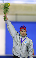 Calgary,Canada - 9 Dec. 2001, Skøyter, - At the Essent ISU World Cup Speed Skating event in Calgary, Adne Sonderal from Norway stands on the podium and celebrates his win in the 1500 metre men's event. His time was 1:45:81.  (Larry MacDougal/Digitalsport) Ådne Søndrål, Norge.