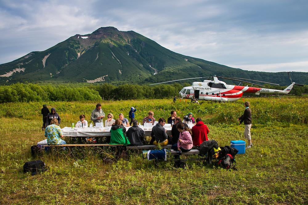 Picknick im unberührten Süden von Kamtschatka. Nur ein Helikopter kann hierher kommen.
