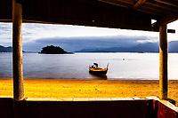 Homem e barco na Praia da Tapera ao anoitecer. Florianópolis, Santa Catarina, Brasil. / Man and boat at Tapera Beach at dusk. Florianopolis, Santa Catarina, Brazil.