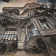La Casa de los Lirios es uno de los edificios más representativos del Art Nouveau en la ciudad de Buenos Aires, Argentina. Built 1902/1903 by the architect Miguel Capurro, who obviously was an admirer of Antonio Gaudí. (Avenida Rivadavia)