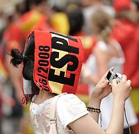 GEPA-2606087300 - WIEN,AUSTRIA,26.JUN.08 - FUSSBALL - UEFA Europameisterschaft, EURO 2008, Host City Fan Zone, Fanmeile, Fan Meile, Public Viewing. Bild zeigt einen Spanien-Fan.<br />Foto: GEPA pictures/ Reinhard Mueller