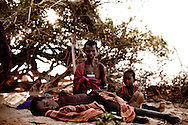 Drengen der ligger ned Akuuta Elilim (6) er akut underernæret og har lige fået drop af Røde Kors. IDP camp i no man´s land, hvor der er mæslinger i udbrud og en meget høj rate af underernærning. 26 børn er akut underernærede (SAM) og 100 børn er underernærede (MAM), hvilket er omkring 50 % af alle børn. De er flygtet efter kamp med Pokot stammen om deres kvæg og geder. De mistede alt og flere døde i angrebet. Røde Kors hjælper flygtningene med sundhedsundersøgelse  og i de værste tilfælde drop direkte i blodårene. De uddeler også myggenet som skal beskytte dem mod malaria som er stigende i området, antibiotika til børnene der har mæslinger. Tæpper til de kolde nætter da hoste er udbredt i lejren. Og majs og mel, så de kan få nogle måltider mad, hvilket er et problem for disse flygtninge at skaffe.