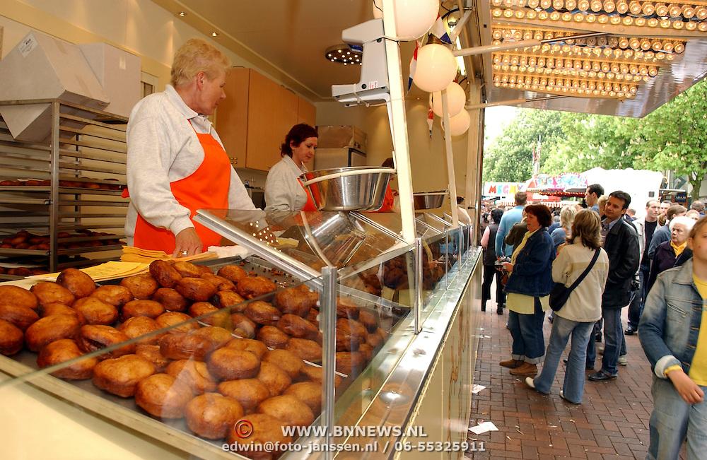 NLD/Hilversum/20050430 - Koninginnedag 2005, kermis, oliebollen verkoop, kraam